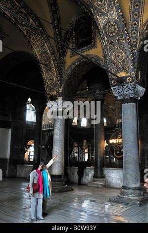 Les touristes à l'intérieur de Sainte-sophie, Istanbul, Turquie Banque D'Images