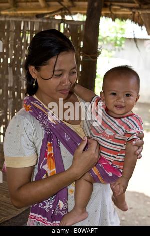 Femme portant son petit bébé dans ses bras, l'île de Lombok, Indonésie, Îles de la sonde Lesser Banque D'Images