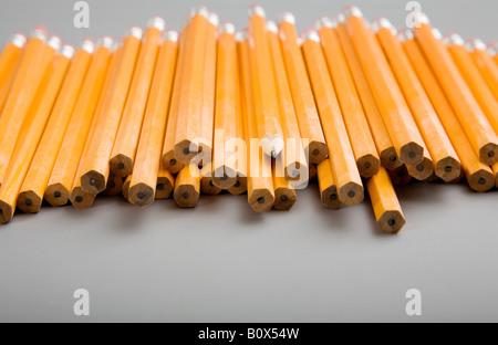 Un tas de crayons non aiguisé avec un crayon aiguisé au milieu Banque D'Images