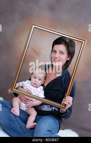Avec la mère à l'âge de six mois, bébé dans un cadre Banque D'Images