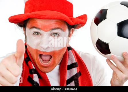 Fan de football autrichienne avec le football, faisant de thumb up Banque D'Images