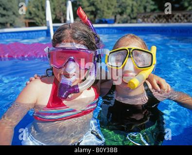 USA OREGON BEND deux meilleurs amis partager un après-midi d'été plongée dans une piscine Banque D'Images