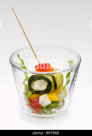 Courgettes farcies au fromage feta et légumes dans du verre Banque D'Images