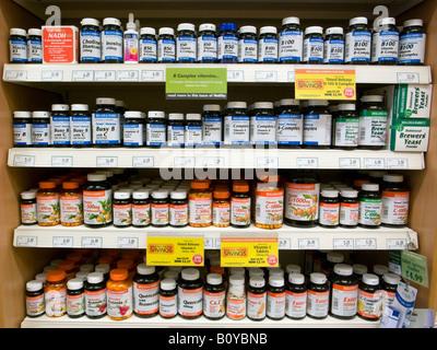 Rangées de vitamines multiples à Holland & Barrett shop, London England UK Banque D'Images