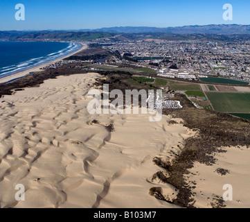 Au-dessus de l'antenne Pismo Beach dunes et la ville de Oceano dunes CA Océan Pacifique central du comté de San Banque D'Images
