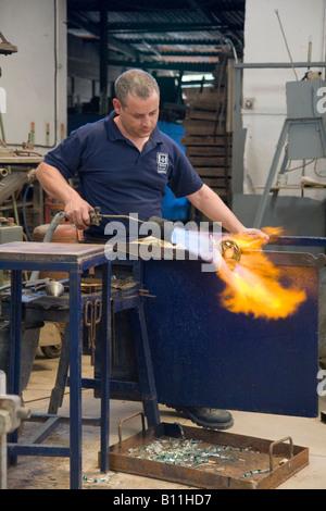 Au souffleur de verre,ateliers Mdina Ta' Qali Crafts Village, Malte. Verre Mdina Malte sont un verrier en Europe. Banque D'Images