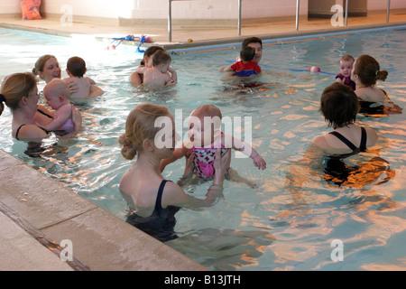 Cours de natation pour bébés Banque D'Images