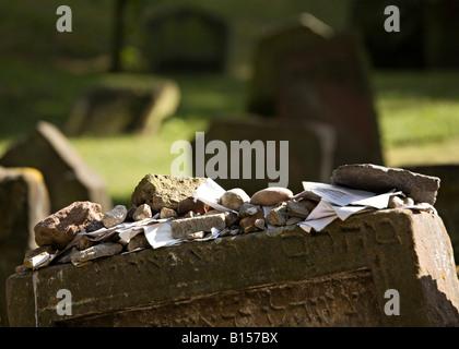 Des pierres et des messages sur le dessus de la pierre tombale avec le rabbin dans l'écriture hébraïque cimetière Banque D'Images