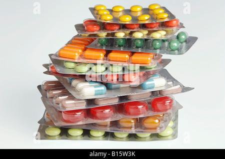 Plusieurs comprimés et gélules en plaquettes, close-up Banque D'Images