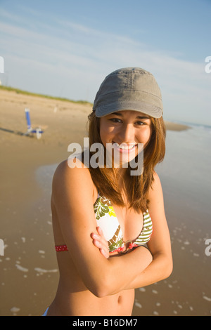 Asian girl wearing hat at beach Banque D'Images