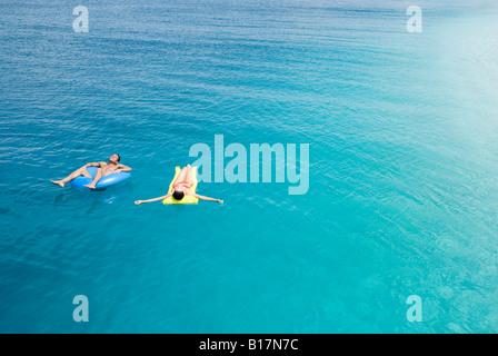 Multi-ethnic couple sur flotte dans l'eau