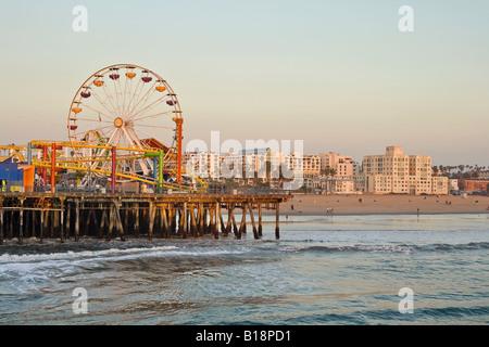 Santa Monica Pier et plage avec grande roue, Santa Monica, Californie, USA. Banque D'Images