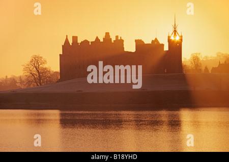 Le Palais de Linlithgow Linlithgow Loch et St Michaels Church Banque D'Images