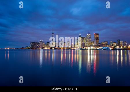 La ville de Toronto la nuit de 'Les quais', Toronto, Ontario, Canada.