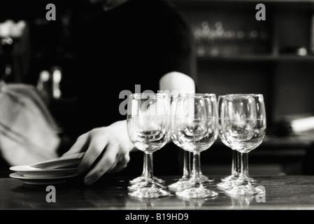Des verres à vin sur le comptoir de bar Banque D'Images