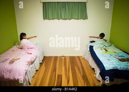 Frère et sœur au coucher dans une chambre commune de 6 ans Garçon Fille âgée de 4 ans