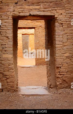 Des portes dans l'ancien village Pueblo Bonito dans le Chaco Canyon, New Mexico, USA Banque D'Images