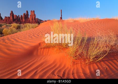 Dunes près de Yei-bi-Chai rocks (Totems) dans la région de Monument Valley, Arizona Banque D'Images