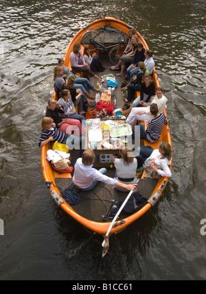 Un bateau de tourisme sur le canal Prinsengracht au Leliegracht Jordaan br idge, Amsterdam, Pays-Bas Banque D'Images