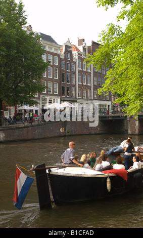 Un bateau de tourisme sur le canal Prinsengracht au Leliegracht pont Jordaan, Amsterdam, Pays-Bas Banque D'Images