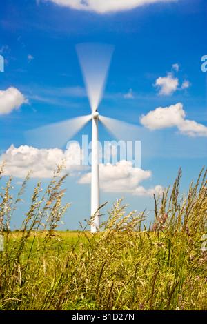 Seule éolienne de pales tournant contre un ciel d'un bleu profond sur une ferme éolienne côtière dans l'Oxfordshire, Angleterre, RU