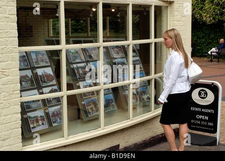 La recherche d'une femme à la fenêtre de l'agent immobilier en Banque D'Images