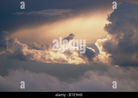La lumière du soleil traversant les nuages de tempête Aerial USA Banque D'Images