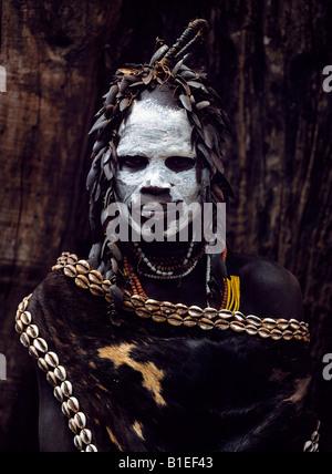 Karo une femme porte une coiffure élaborée à partir de l'aile-cas de coléoptères et d'une cape de peau de veau frangé Banque D'Images