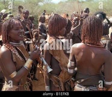 Un groupe de femmes Hamar à un « saut du taureau' cérémonie. L'Hamar sont les pasteurs semi-nomades du sud-ouest Banque D'Images
