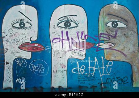 Graffiti sur les vestiges du Mur de Berlin à l'East Side Gallery Berlin Allemagne Avril 2008 Banque D'Images