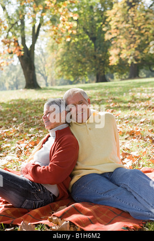 Senior couple relaxing in a park Banque D'Images