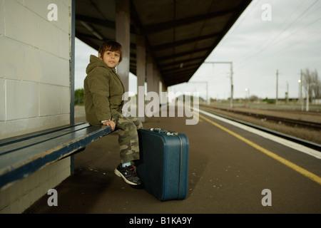 Garçon de 6 ans attend pour former sur la plate-forme à la gare Palmerston North Nouvelle Zélande Banque D'Images