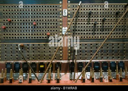 Ancien standard téléphonique avec des câbles Banque D'Images