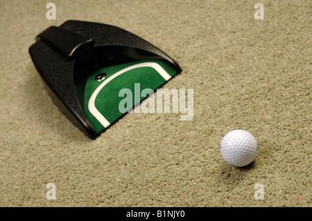 Balle de golf putter sur tapis Banque D'Images