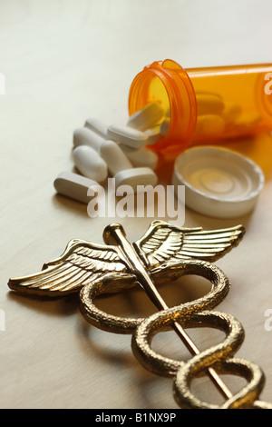 Concept médical caducée et bouteille de pilules Banque D'Images