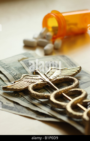 Cher medicine concept caducée sur US dollar bills Banque D'Images