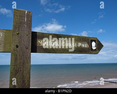 Message montrant du doigt en bois direction de Norfolk Coast Path à sheringham North Norfolk england uk Banque D'Images