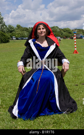 Dame en costume médiéval, Sussex, Angleterre Banque D'Images