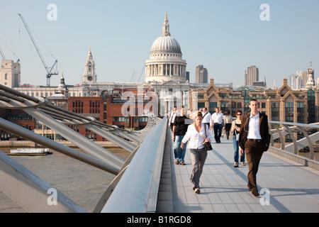 Vue vers la Cathédrale St Paul de Gateshead Millennium Bridge, Londres, Angleterre, Grande-Bretagne, Europe Banque D'Images