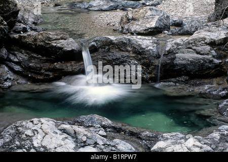 Petite cascade sur le ruisseau Vomperbach, Karwendel, Tyrol du Nord, l'Autriche, Europe Banque D'Images