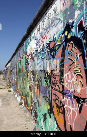 Mur de Berlin couverts de graffitis à l'Eastside Gallery, Berlin, Germany, Europe Banque D'Images