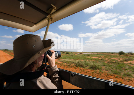 Femme photographying au cours de safari tour du parc national de Tsavo East Coast Kenya Banque D'Images
