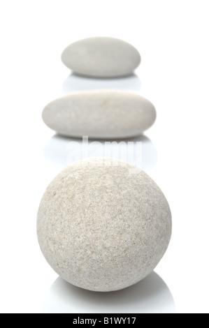 Trois cailloux blancs se concentrer sur galets avant isolé sur fond blanc Banque D'Images