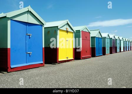 Une rangée d'beachhuts colorés sur le front de mer à Hove Banque D'Images
