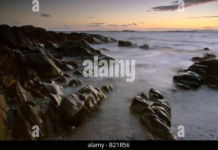 Coucher du soleil à Ronachan Point, Kintyre, Ecosse (île de Gigha visible) Banque D'Images