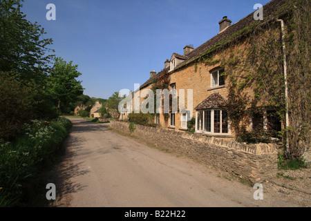 Cottages à l'Upper Slaughter, Cotswolds, Gloucestershire, Angleterre prise en Juin Banque D'Images