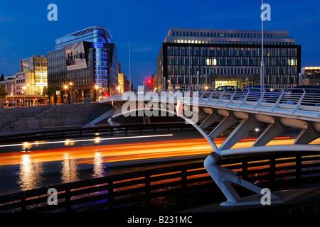 Pont sur River Spree, Kronprinzenbruecke Kapelleufer Bundespressekonferenz Berlin Allemagne Banque D'Images