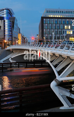 Pont sur rivière, Kronprinzenbruecke, rivière Spree, Bundespressekonferenz, Kapelleufer, Berlin, Allemagne Banque D'Images