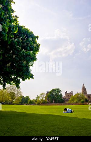 La lecture de l'élève dans le parc en face de l'Université d'Oxford. Mai 2008. La Cathédrale St Mary' peut être vu dans l'arrière-plan.