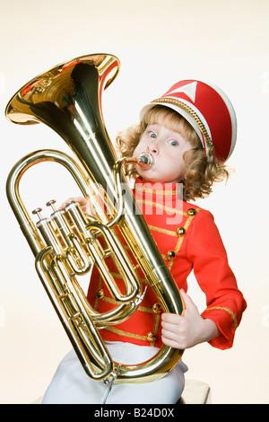 Portrait d'une jeune fille jouant du tuba